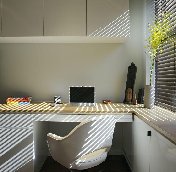 Угловой компьютерный стол: 40 идей практичных вариантов для домашнего офиса http://happymodern.ru/kompyuternyj-stol-uglovoj-40-foto-komfortnoe-rabochee-mes/ Минималистичный дизайн рабочего места Смотри больше http://happymodern.ru/kompyuternyj-stol-uglovoj-40-foto-komfortnoe-rabochee-mes/