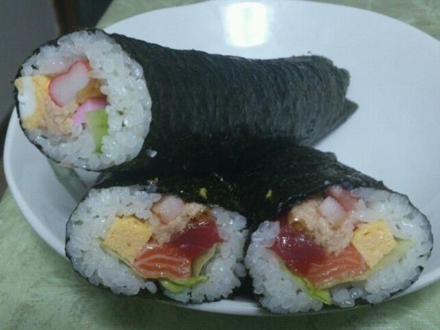 巻き寿司初挑戦♪ ご飯が足りなくなって具材が余りまくった(笑) - 57件のもぐもぐ - 恵方巻き by ryo07