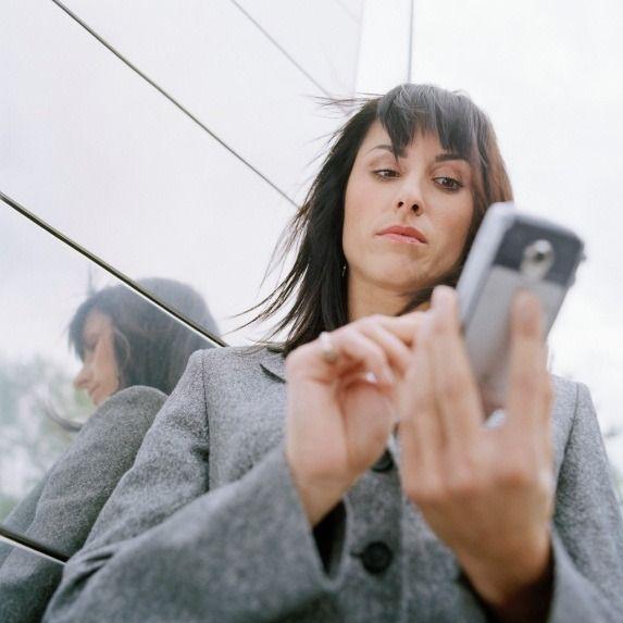 Abuso del cellulare aziendale, si può essere licenziati? una sentenza della…