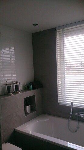 25 beste idee n over witte tegels in de badkamers op pinterest witte tegelvloeren badkamers - En grijze bad leisteen ...