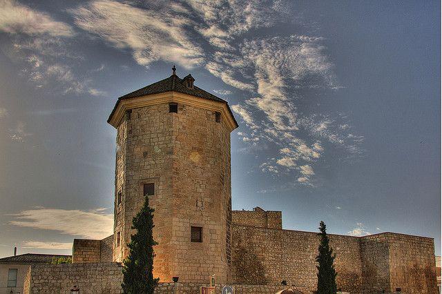 Seguimos contándoos la historia de los castillos cordobeses, esta vez nos detenemos esta vez en Lucena para conocer el Castillo del Moral, declarado Monumental Histórico Nacional en 1931.