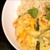 Kip met bruine rijst en curry in de wok - Recept | VTM Koken