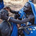 En el suroeste de Etiopía, la tribu Suri realiza ampliaciones en los labios de las mujeres y decora con arcilla los cuerpos masculinos.