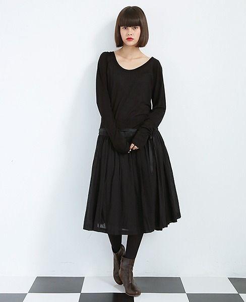suzuki takayuki black dress 柔らかなギャザースカートとカットソーのコンビネーションが印象的なワンピースです。 ブラウスやニットと合わせて頂いたり、重ね着に非常に重宝します。インナー感覚で着ていただきたい一品です。 【素材】身頃:指定外繊維(テンセル)90%, カシミヤ10% 上スカート:綿100% / 下スカート:綿55%, 絹45% 【カラー】black 【洗濯】ドライクリーニング 【モデル】emma T164cm 着用サイズ01