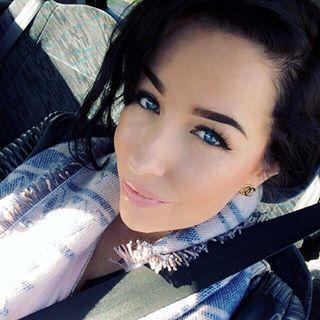 Goodmorning saturday! Today I am going to Star Wars.. My first star wars experience. I am not sure how I feel about this   Look: Lips: MAC Lip pencil 'Rosy Rim' & Artdeco Papaya Sorbet lipgloss. Eyes: MAC eyeliner liquid, Artdeco eyeshadow & lashes by Primark. Face: MAC Pro Longwear foundation, Shiseido concealer & Primark Blush #makeup #starwars #saturday #look #maccosmetics #artdeco #muotd #primark #selfie #blogger #influencer