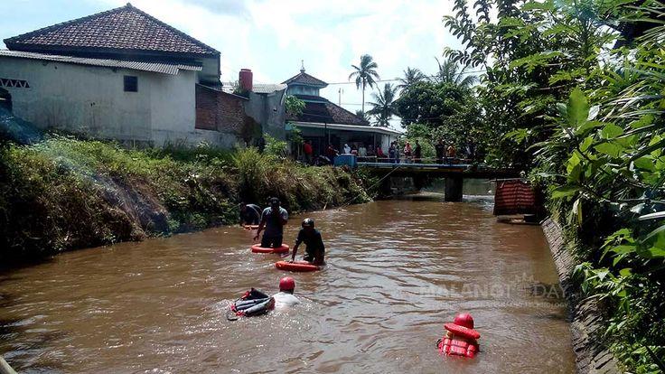 """Sebelum Hilang, Balita Siti Aisyah Kerap Rewel https://malangtoday.net/wp-content/uploads/2017/03/pencarian-balita-hanyut-2.jpg MALANGTODAY.NET– Balita bernama Siti Aisyah (2) diduga hanyut dan tenggelam terbawa arus sungai Desa Putukrejo, Kecamatan Gondanglegi, Kabupaten Malang. Siti hilang diduga terbawa arus sesaat setelah ditinggal masuk rumah oleh neneknya. """"Tadi itu di main sama neneknya, terus sama... https://malangtoday.net/malang-raya/kabupaten-malang/s"""