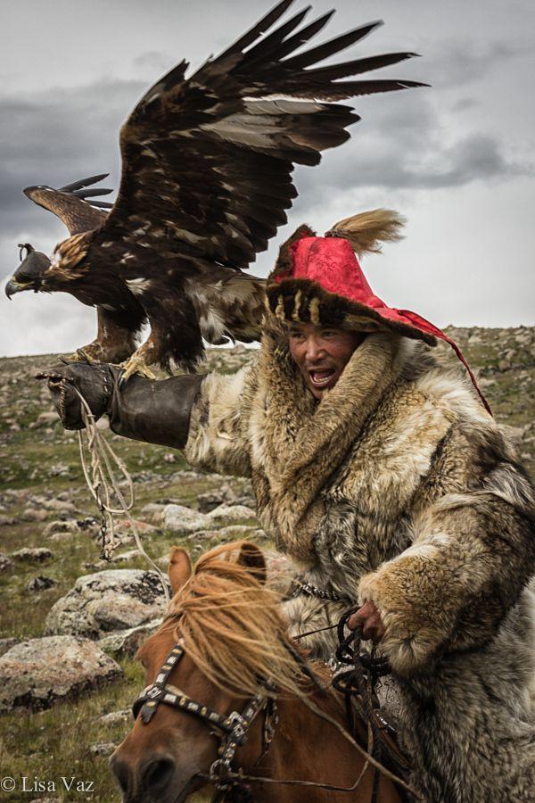 """Estos tres no sé si son amigos o no, pero tienen que estar muy compenetrados porque trabajan jubntos. Mongolia:  """"Gung-Ho!""""  Man On Horseback ~ With His Eagle.          (Photo By: LisaVaz.) #SocialFoto."""
