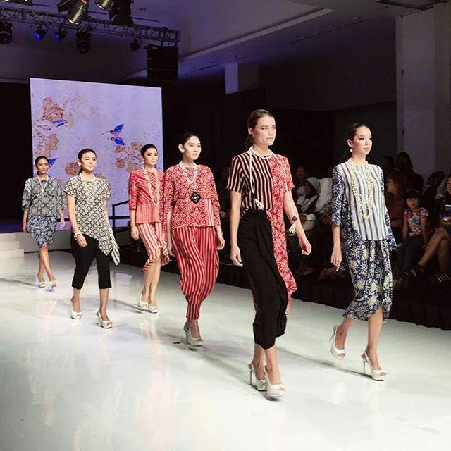 Batik squad! Yayasan Batik Indonesia menampilkan garapan terkini batik nusantara dari label ternama (sesuai urutan foto): Parang Kencana Galeri Batik Jawa Nes dan Danar Hadi #jfff2017  via HARPER'S BAZAAR INDONESIA MAGAZINE OFFICIAL INSTAGRAM - Fashion Campaigns  Haute Couture  Advertising  Editorial Photography  Magazine Cover Designs  Supermodels  Runway Models