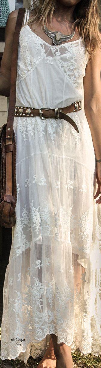 Bonito vestido de puntilla estilo ibicenco.