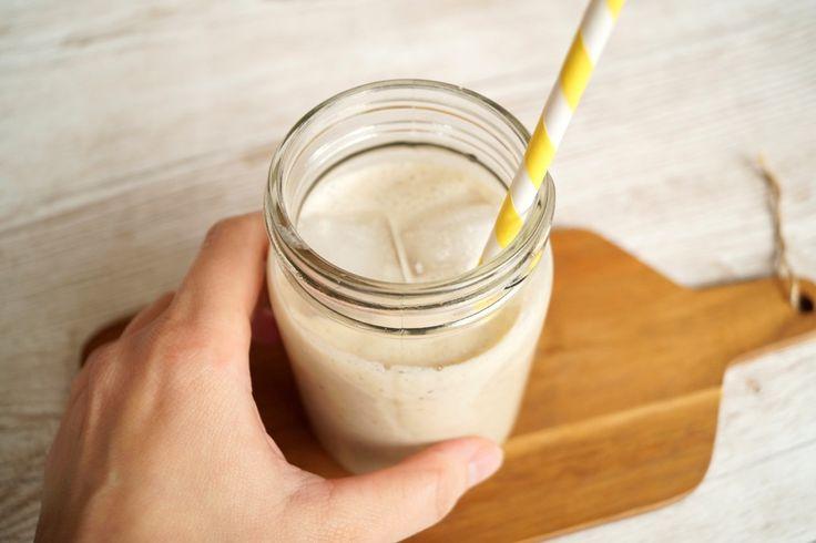Mættende smoothie med banan og havregryn. Opskrift på en mættende smoothie med banan, havregryn og yoghurt til morgenmad eller mellemmåltid.
