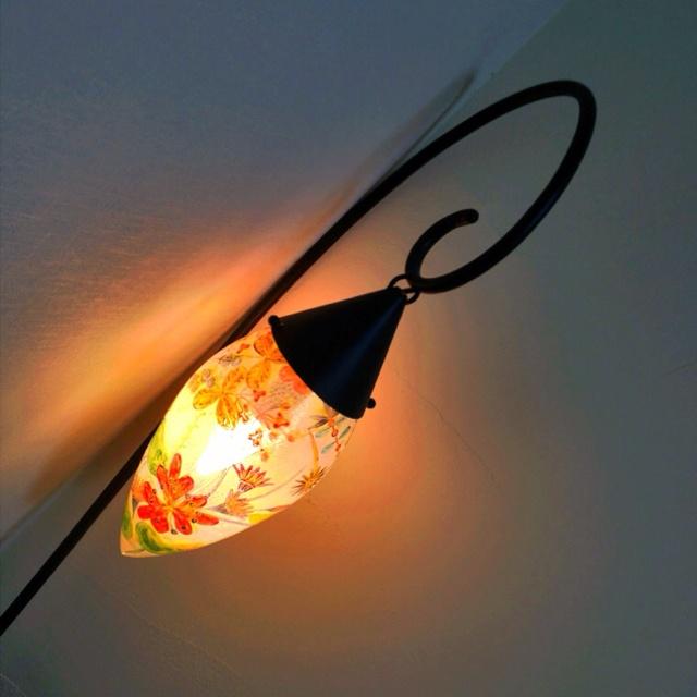『フロアスタンドライト』 ガラス作家 林久美子さんの作品。妻が林さんの作品をずっと欲しがっていて、ついに思い切って買ったもの。震災後、割れるのが心配でずっとしまっていたけれど、やっと再び明かりを灯し始めました。