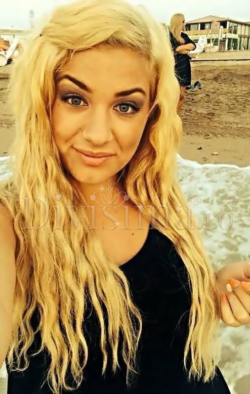 """Oana din Cluj este superba cu parul lung!  Ea ne-a trimis o poza insotita de mesajul: """" Sunt foarte foarte multumita de extensii si de cum se comporta atunci cand le coafez """" Oana poarta Extensii Glam DeLuxe, Blond Perla, 50 cm ( coafate). Le poti comanda de aici: http://www.divisima.ro/glam-deluxe-clip-on-par-natural/97-deluxe-blond-perla-clip-on"""