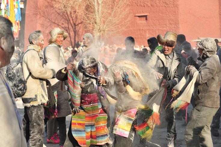 Tibetani si lanciano della farina in occasione della festa del raccolto a Shigatse, in Cina. - (China Daily/Reuters/Contrasto)