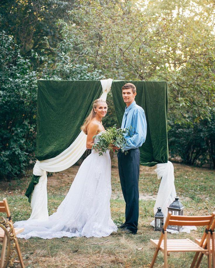 Осенние свадьбы хочется украшать в насыщенных оттенках используя бархатные ткани. Делать степенные счастливые и умиротворенные снимки. И конечно же больше обниматься. И говорить друг другу тёплые слова. Осенние свадьбы особенные  Фотография @kseniya_krymova  Декор @bowpie
