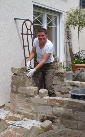 Dass eine schöne Mauer auch in Eigenregie zu bewerkstelligen ist, zeigt unsere Leserin Caroline Pieper