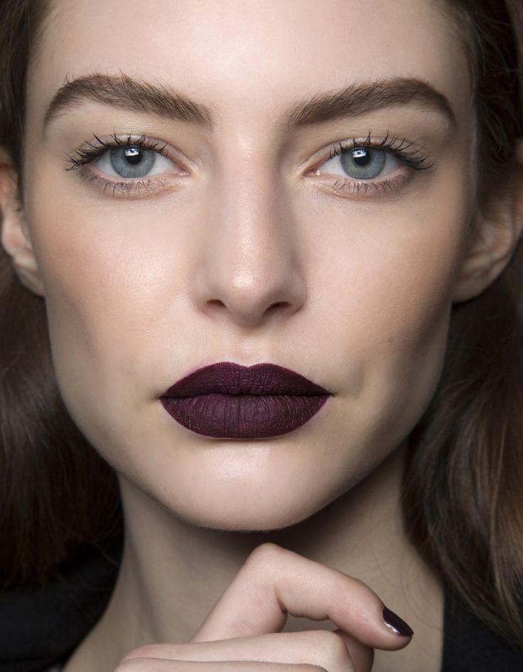 Vampy lips, ombré lips, bouche mordue ou fondue, lèvres ultra glossy… Il existe bien des façons de maquiller sa bouche selon son envie ou selon les occasions. Voici quelques idées de maquillage de bouche repérées sur les derniers défilés pour jouer de votre rouge à lèvres avec fantaisie. Nos...