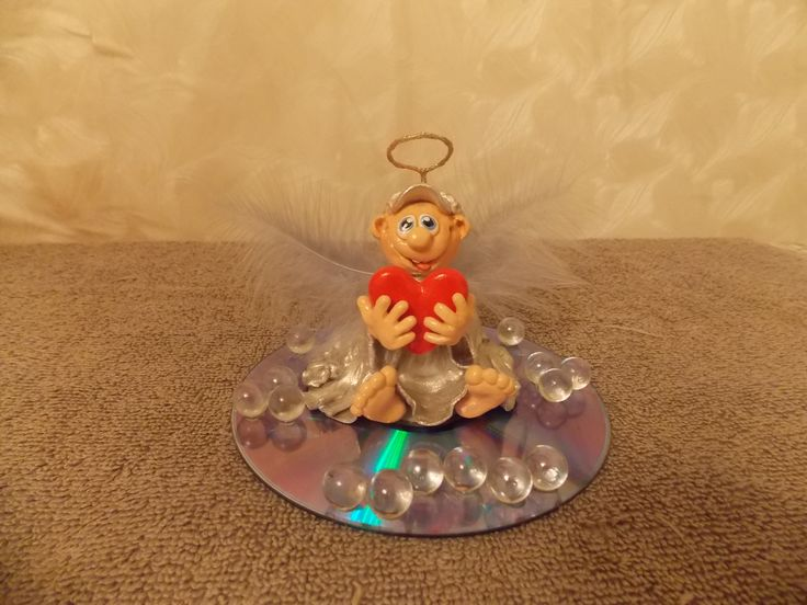 Амурчик (п/глина, акриловые краски, проволока, золотистые блестки, перья, стеклянные шарики, диск)