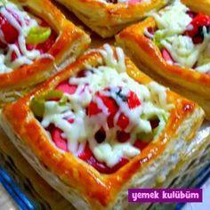 TARİF : Milföylü Çabuk Pizza #milföy #pizza #kolay #pratik #milföylü #milföyhamur #çabuk #hızlı #evyapımı #homemade #domates #sosis #biber #kaşar