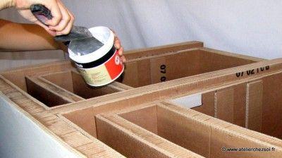 1- Découpe des débords supérieurs à 2 mm lame // à la surface - 2- Ponçage avec cale à poncer et feuille abrasive grain moyen. (Vérifiez avec la main) - 3- Enduit de rebouchage si quelques irrégularités (plis du carton, petits trous, défauts...) sur les faces les plus visibles (face avant, côtés et dessus) (appliquez au couteau de peintre large un peu d'enduit de rebouchage et lissez puis poncez avec cale et abrasif à grain fin) - 4- Pose du kraft gommé. Vous pourrez passer à la décoration