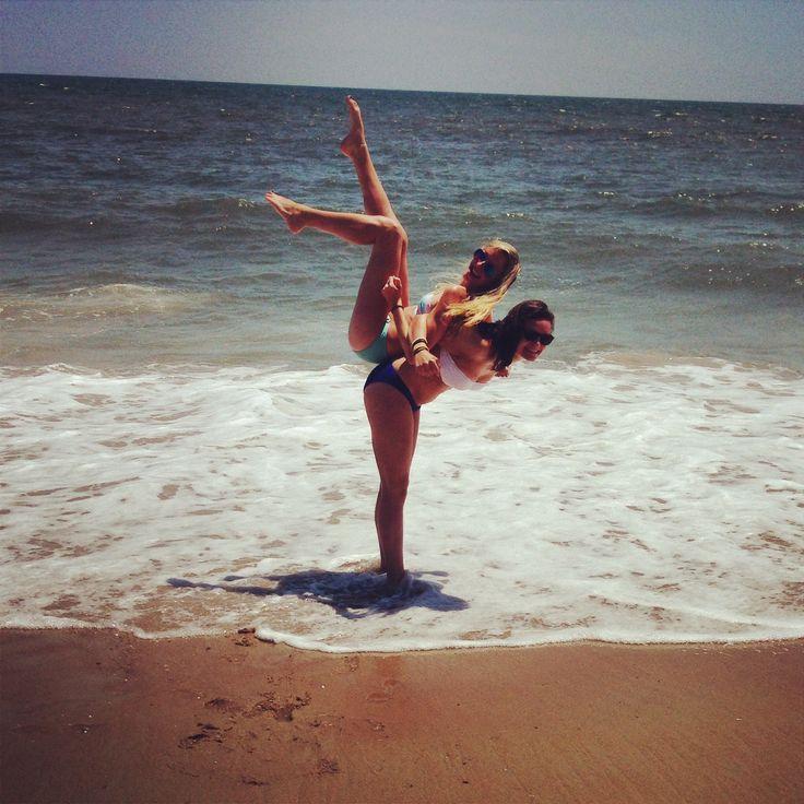 Best friend beach picture idea