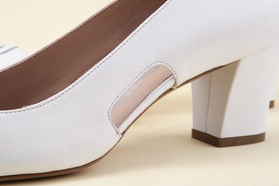The nude-look cutouts make this a cool, sought-after shoe; the leather lining adds a soft touch. - Gli spicchi nude-look rendono la calzatura fresca e ricercata, la fodera in pelle aggiunge morbidezza. http://store.pakerson.it/woman-decolletes-27299-bianco.html