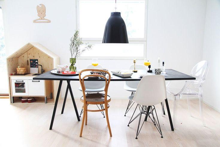 Loop Stand matbord från HAY tillhör kollektionen Loop Stand som är formgiven av Leif Jørgensen. Inspirerad av den traditionella bocken använder Loop Stand ett enkelt formspråk som lägger fokus på ett tredimensionellt och grafiskt utseende.Loop Stand matbord finns i tre olika färger och fyra olika storlekar. För extra stabilitet lägg till Loop Stand Support, tre reglar som monteras under bordsskivan. Loop Stand Support rekommenderas till bord från 200 cm. Höjden på samtliga bord är 74 cm.