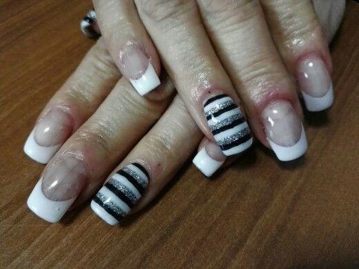 Nail art cob french bianco e anulare e pollice a righe bianco nero e argento