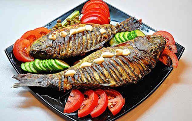Ингредиенты: несколько тушек рыбы(например,карась), соевый соус 1 ст.л., майонез 100 г, приправа к рыбе 1 ч.л., соус «Тартар» 50 г, соль по вкусу, смесь свежемолотых перцев. Приготовление: google_a...