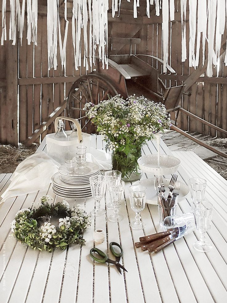 Blommor är en livsnödvändighet på midsommar, hundkex, smörblomma och midsommarblomster direkt ur diket får pryda vårt bord i en CYLINDER vas. Vinglas, vattenglas och nubbeglas i den tåliga serien POKAL funkar bra på fest! Bordet ska kläs i linneduken GULLMAJ och dukas med tallrikarna ENIGT. Uppläggningsfatet GARNERA väntar på att fyllas med något gott! Frida Eklund Edman, Fridasfina, för Livet Hemma