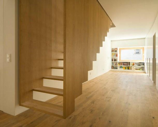 Zwevende houten trap