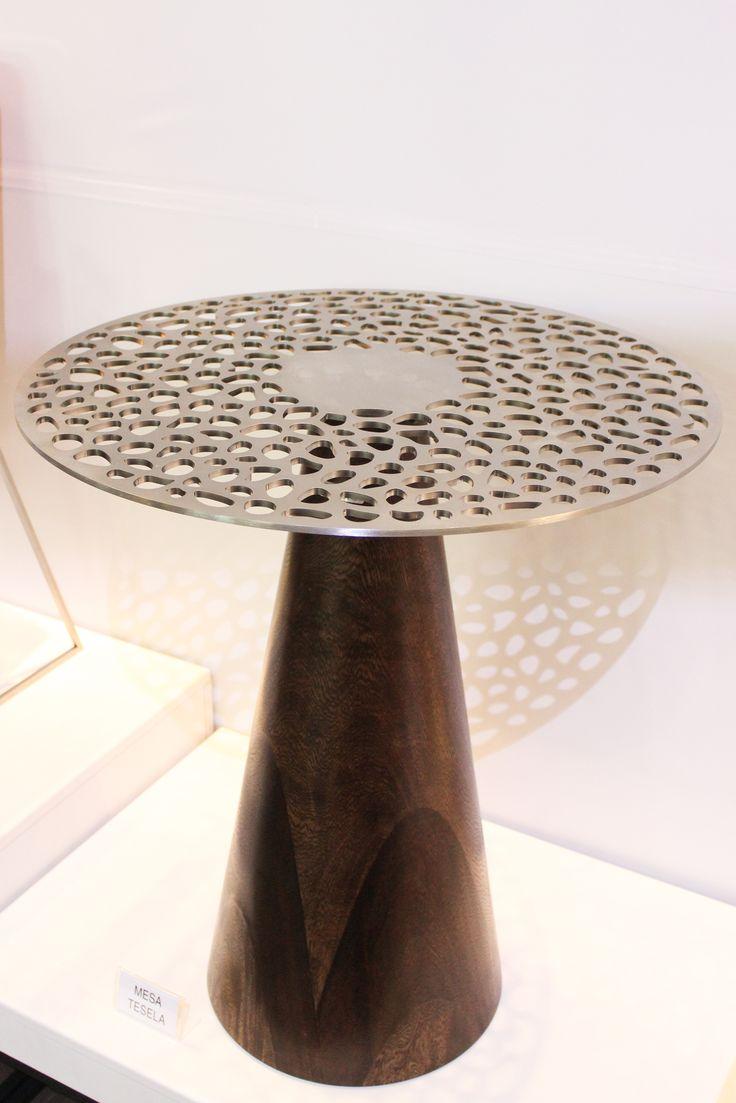 Nuestra mesa TESELA fabricada en madera maciza con superficie en Acero Inoxidable 304