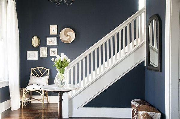 30 Ideas Para Decorar Escaleras Paredes Descansillos Barandillas Y Escalones Mil Ideas De Decoracion Colores De Pintura Azules Decoracion De Pared De Escalera Paredes Azul Marino