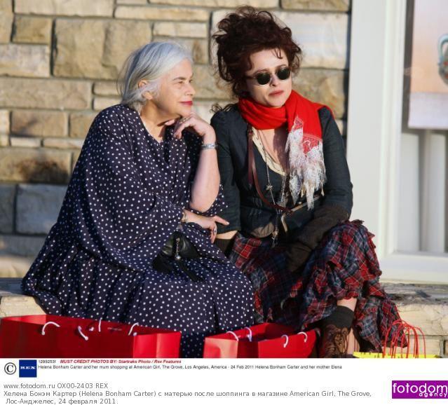 Хелена Бонэм Картер (Helena Bonham Carter) с матерью после шоппинга в магазине American Girl, The Grove, Лос-Анджелес, 24 февраля 2011.