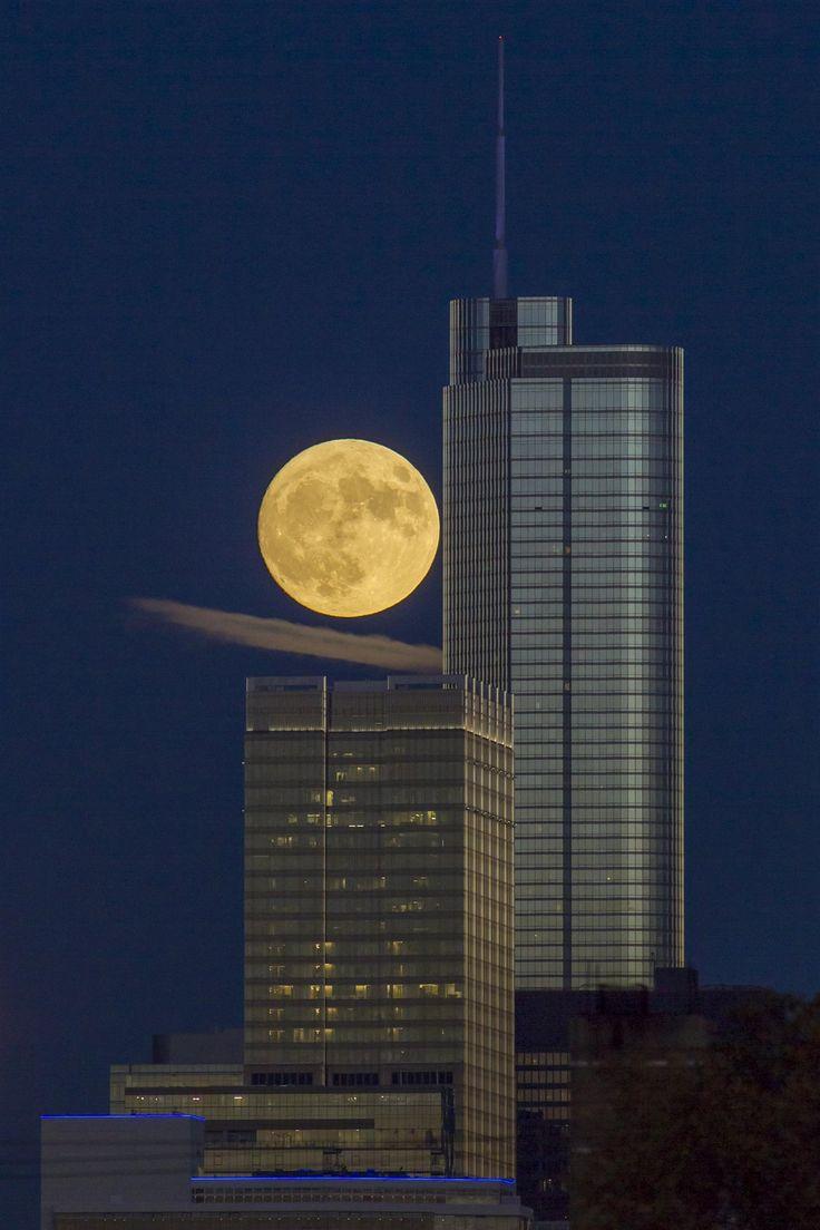 Chicago... La Luna, redonda y amarillenta, aparece pegada a la Torre Trump de Chicago, un rascacielos de uso residencial y hotelero, cuyo promotor inmobiliario es Donald Trump, el presidente electo de los Estados Unidos.