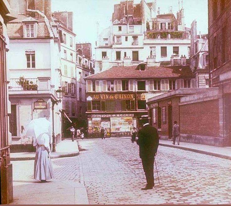 La rue de l'Abbaye vue en direction de la rue de Bourbon-le-Château, depuis le coin de la rue de Furstemberg, à gauche, vers 1905. Autochrome anonyme  (Paris 6ème)