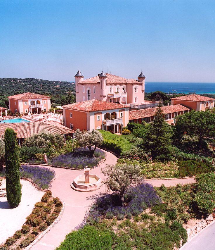 """St-Tropez est sans aucun doute l'endroit en France que privilégie la Jet-Set et autres milliardaires pour leurs séjours ensoleillés. Avec ses Yachts par dizaines, son soleil de Provence annuel, la mer et ses plages aussi bleues que le ciel ou sa proximité avec Monaco et Cannes, St-Tropez a tout pour rester """"The Place to Be"""" des personnes les plus fortunées !"""