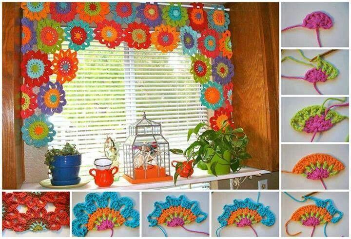 Cortina tejida en flores de colores.