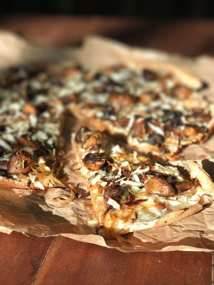 Pizza de queso de cabra, cebolla caramelizada y champiñones al balsámico