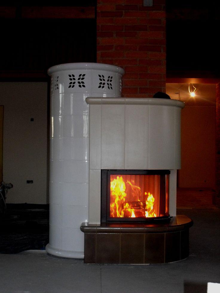 Kominek kaflowy z zastosowaniem trzech szkliw z manufaktury Riwal. Kominki kaflowe. Piece kaflowe. Tiled fireplaces.