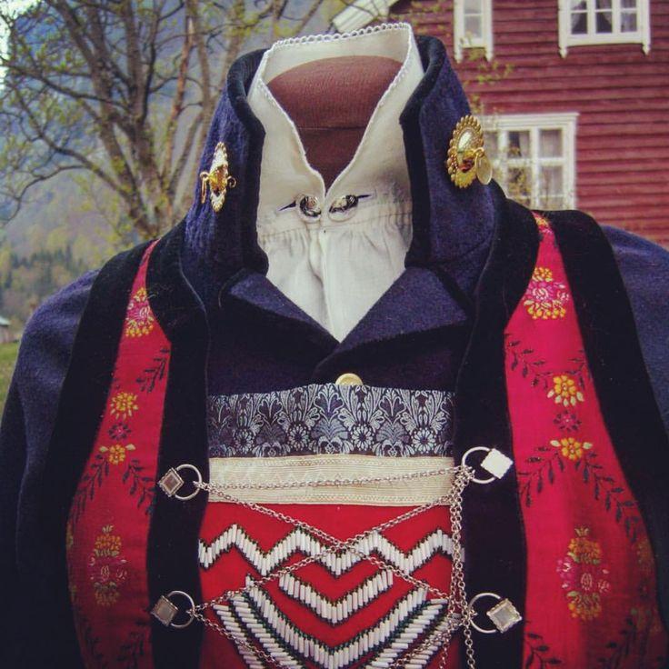 #rekonstruksjon #sogn #håndsøm #håndverk #kvinnebunad #bringeduk - bunadtilvirkerne
