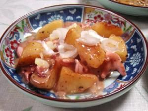 「簡単!ジャガイモのイカ塩辛ソースあえ」イカの塩辛、大好きなのですが、どうしても余ってしまいます。そこでソースに転用。ジャガイモのレンチンで10分の時短。【楽天レシピ】