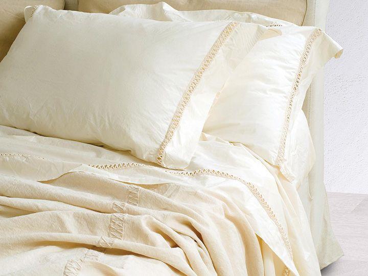In camera da letto ci si può sbizzarrire con i cuscini: sceglietene tanti per poter giocare con i colori, le fantasie e le dimensioni. C'è chi ama osare con fantasie animalier o a fiori dalle tonalità del rosso e del fucsia e chi invece è più classico e opta per tinte pastello e neutre, come beige, bianco, azzurro chiaro, giallo tenue e rosa. Stesso discorso va fatto per le tende e i tappeti. Per questi ultimi in particolare si suggerisce la scelta di tessuti