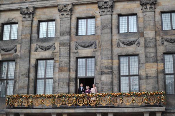 Palazzo Reale di Amsterdam.30 aprile 2013 Al balcone la Principessa  Beatrice, Re Guglielmo e Maxima. Beartice annuncia l'abdicazione a favore di Re Gugliemo