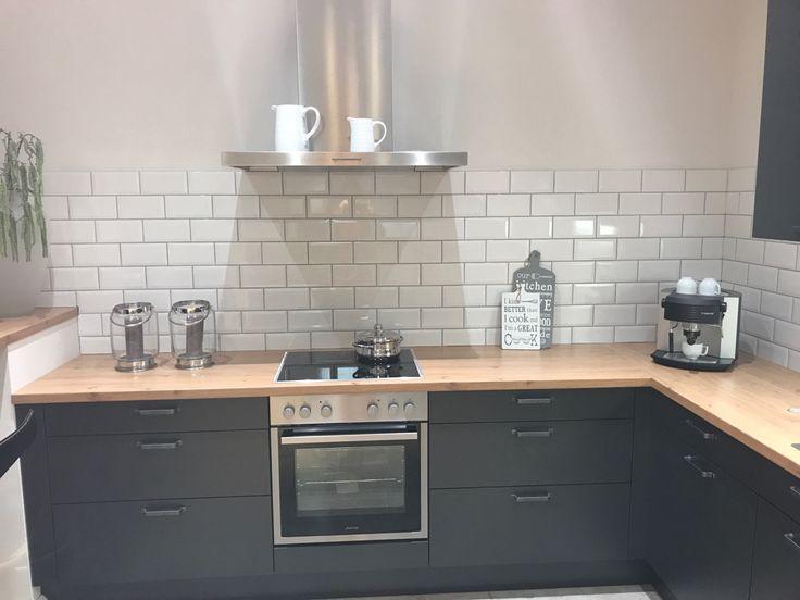 Küche Schwarz Matt Mit Einer Arbeitsplatte In Eiche.