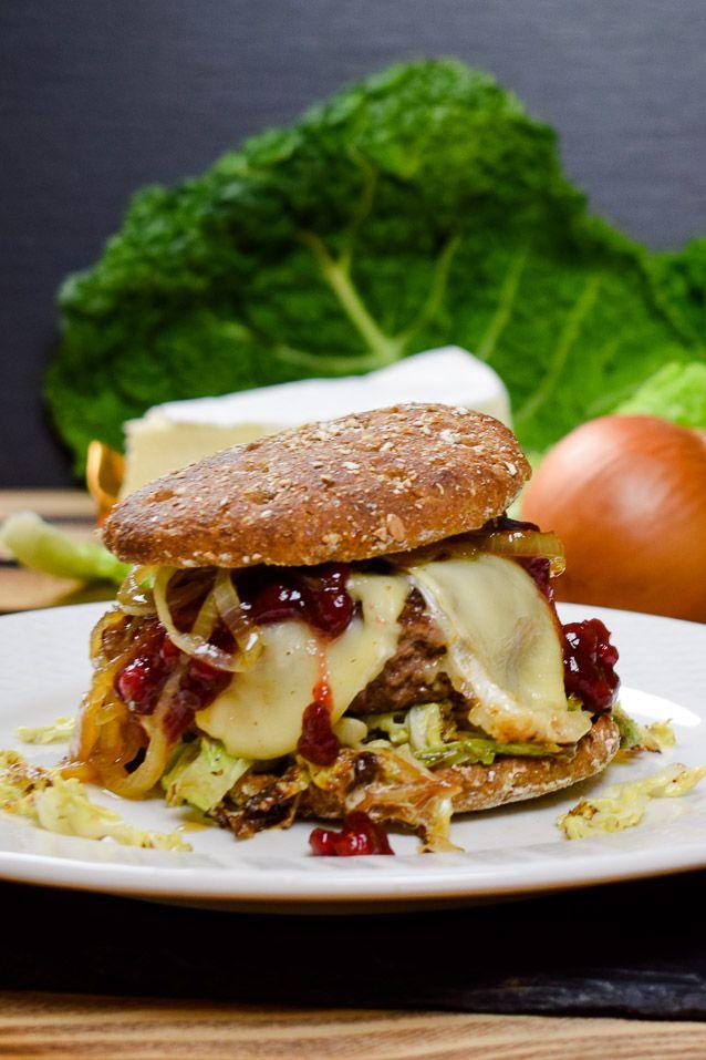 Winter-Burger mit Wirsing, Brie und Cranberries. #Winterrezepte #Burger #Brie