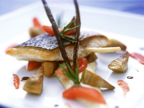 Wolfsbarsch mit Zitronengras und Vanille-Tomaten-Polenta ist ein Rezept mit frischen Zutaten aus der Kategorie Meerwasserfisch. Probieren Sie dieses und weitere Rezepte von EAT SMARTER!
