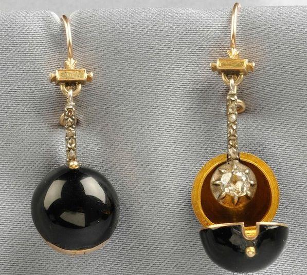 A finales de 1800, se utilizaron orbes desmontables conocidos como cubiertas de autocares para disfrazar aretes de diamantes durante el día o durante el viaje.  (La Horquilla, a través de subastas Skinner)