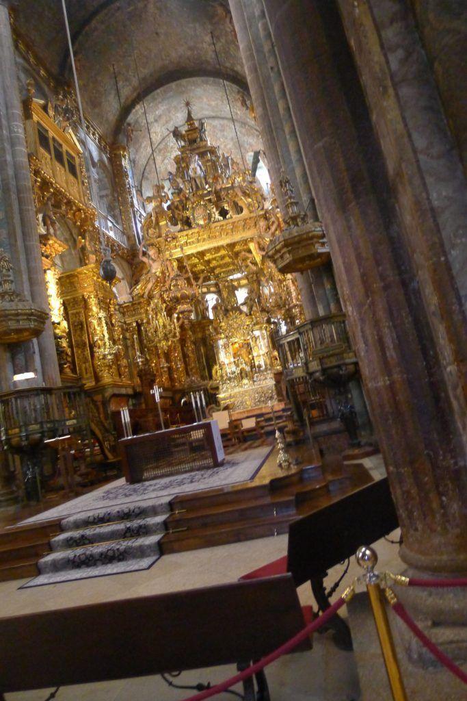 Büyük Roma lmparatorluğu yıkıldıktan sonra Hıristiyanlık bütün Avrupa'ya yayılmaya başladı. Her tarafta kiliseler ve büyük katedraller yükseliyordu. Rahipler ve papazlar kendileri için manastırlar yaptırdılar. Bu din adamları, birçok ülkelerden gelen insanlara din öğretimi yapıyorlardı.