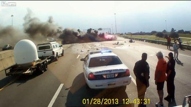 Choque y explosión en la carretera