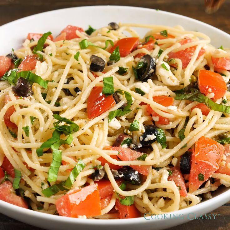 Zarte Spaghetti mit frischem Gemüse, Feta, Kräutern und reichem Olivenöl. Ein…